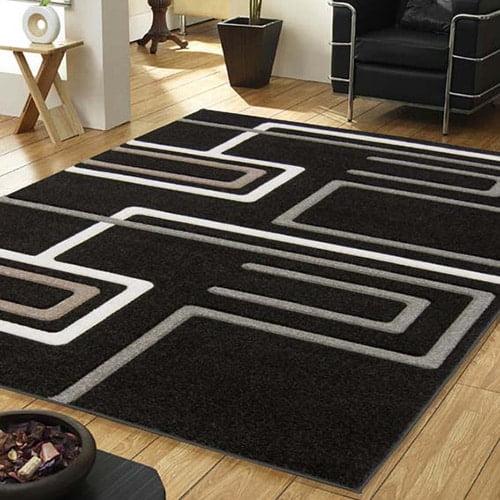Cierny kusovy koberec