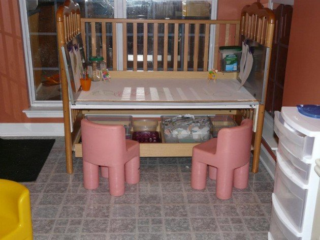 Stol z detskej postielky