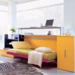 Moderna postel so stolom