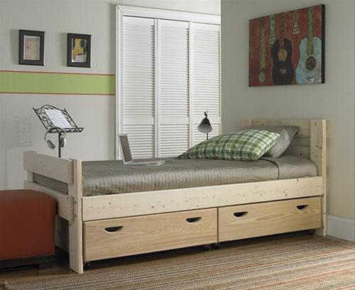 Drevená posteľ s úložným priestorom