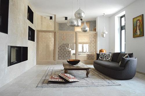Travertínová obývačka