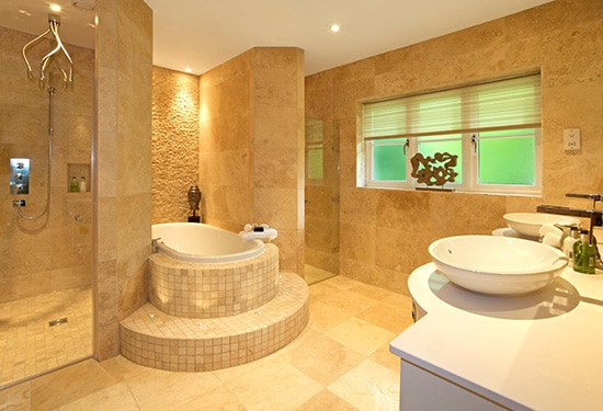 Kúpeľňa s travertínovým obkladom