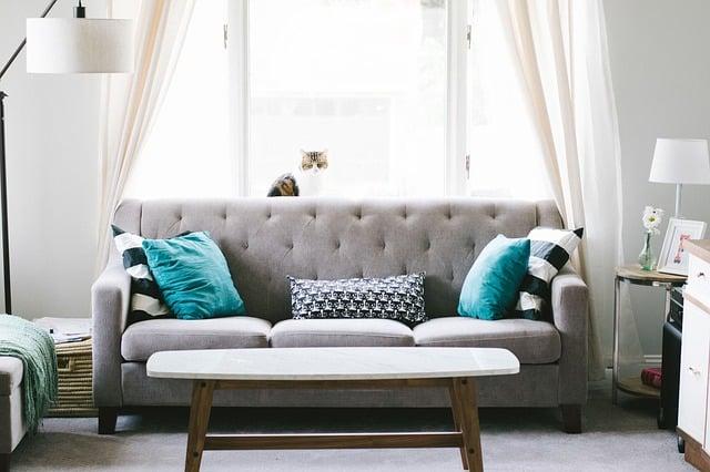 Moderná sivá látková sedačka